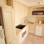 A teljesen felszerelt konyhában minden szükséges gép és eszköz megtalálható