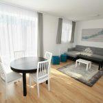 Az apartman egybenyitott nappalija és étkezője